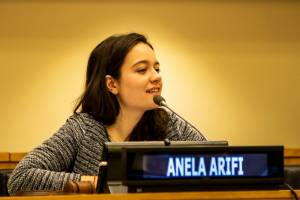 Rodi me majko pametnu pa me na perje baci - Anela Arifi